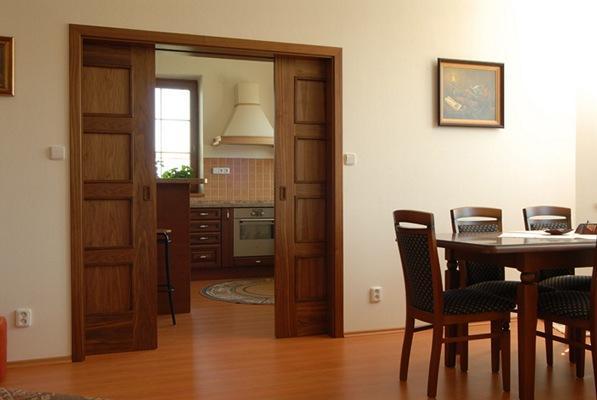 Раздвигающаяся дверь в зал расширяет пространство