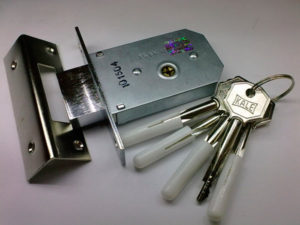 Замки для металлических дверей под крестообразный ключ